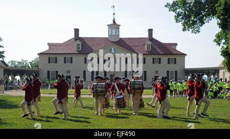 Die US-Armee Fife und Drum Corps führt für Besucher bei der Mt. Vernon Haus von General George Washington, erste - Stockfoto