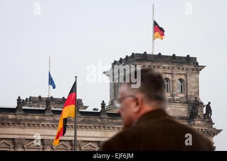 Berlin, Deutschland. 25. März 2015. Auf das Reichstagsgebäude (das Unterhaus des Parlaments) zum Gedenken an die - Stockfoto