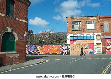 Verfallene Gebäude und Grundstücke warten auf Sanierung, in Einheit Straße, zentrale Bristol, UK. - Stockfoto