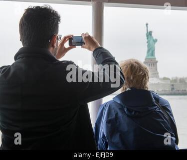 Ein Bild von der Statue of Liberty, Liberty Island, New York Harbor, Manhattan, New York City USA Tourist - Stockfoto