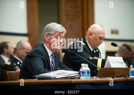 Secretary Of The Army John McHugh und Army Chief Of Staff General Ray Odierno geben ihr Zeugnis vor dem House Armed - Stockfoto