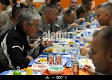 Secretary Of The Army John McHugh teilt eine Mahlzeit mit Soldaten in Luxemburg Dining Facility Kandahar airfield, - Stockfoto