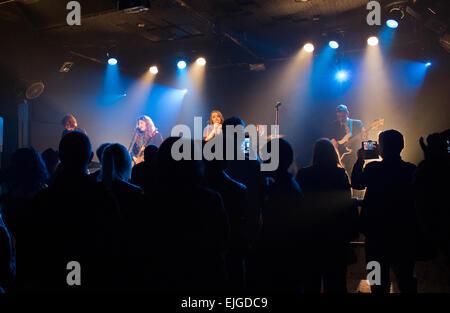 Band spielt auf der Bühne im Wedgewood Rooms, Portsmouth, UK, wie von der Rückseite mit der Masse im Vordergrund - Stockfoto