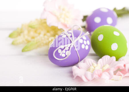 Ostern-Hintergrund mit Eiern und Blumen - Stockfoto
