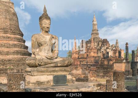 Buddha-Statue im Wat Mahathat in Sukhothai Historical Park, Sukhothai, Thailand - Stockfoto