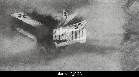 Eine lodernde deutschen Flugzeug stürzt auf die Erde - Weltkrieg, ca. 1917 - Stockfoto