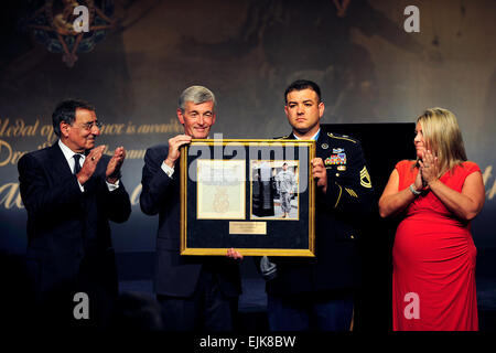 Ehrenmedaille Empfänger Sgt. 1. Klasse Leroy A. Petry erhält eine Plakette, die ihn in der Halle der Helden vom - Stockfoto