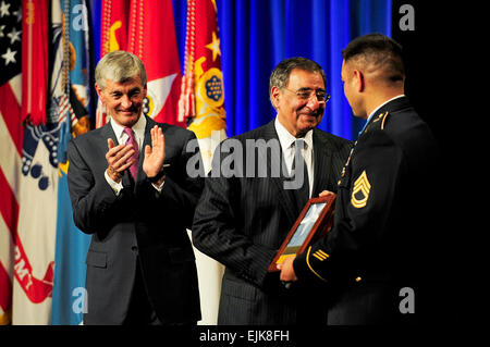 Ehrenmedaille Empfänger Sgt. 1. Klasse Leroy A. Petry erhält die Medal Of Honor Flagge von Verteidigungsminister - Stockfoto