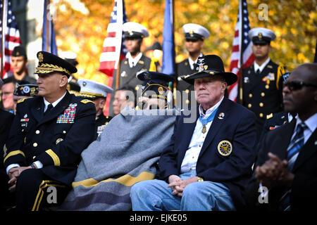 Besuchen Sie pensionierte Armee Oberst Bruce P. Crandall, rechts, und Nicholas Oresko, Center, beide Empfänger die Medal Of Honor, Veterans Day-Aktivitäten am Madison Square Park in New York City, New York, 11. November 2011 Kriegsveteranen zu Ehren.  Oresko ist der älteste lebende Ehrenmedaille Empfänger.  Staff Sgt Teddy Wade