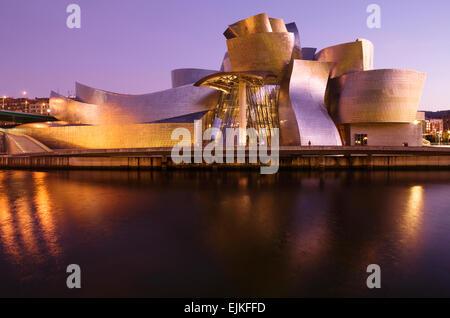 GUGGENHEIM-MUSEUM FÜR MODERNE KUNST (© FRANK GEHRY 1997) FLUSS NERVION BILBAO BASKENLAND SPANIEN - Stockfoto