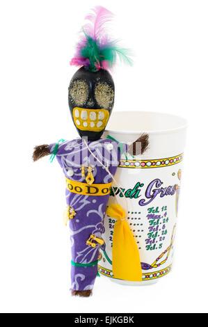 Voodoo-Puppe mit Charme, Pins und Haar Tasche neben einem Plastikbecher Inserat Termine der Mardi Gras in New Orleans - Stockfoto