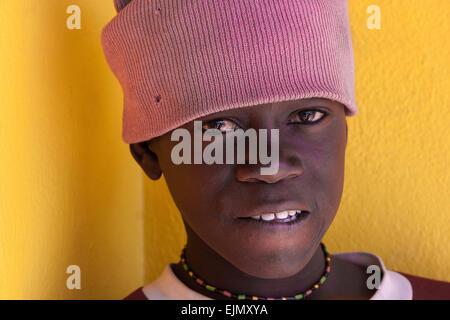 Namibische junge trägt einen rosa Hut, Porträt, Uis, Namibia - Stockfoto
