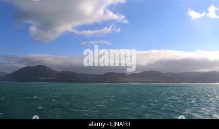 Nordinsel-Ansicht von Cook Strait Neuseeland mit Windkraftanlagen - Stockfoto
