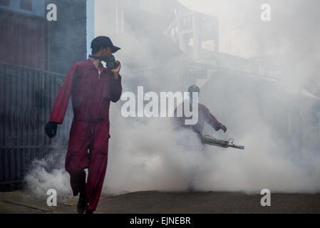 Jakarta, Indonesien. 30. März 2015. Mosquito fogging in Vorort von Kebon Jeruk stattfindet, weiterhin ein Sub-Distrikt - Stockfoto