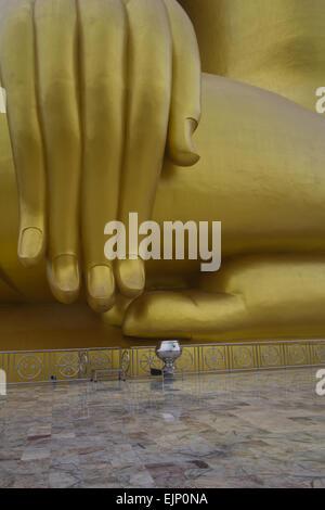 Große goldene Buddha-Statue befindet sich in Thailand - Stockfoto