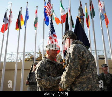 Generalleutnant William B. Caldwell, IV, links, erhält kombiniert Security Transition Command - Afghanistan Guidon - Stockfoto