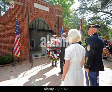 Secretary Of The Army John McHugh und Mitglied der Ehrengarde legen einen Kranz in das Grab von General George und - Stockfoto