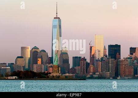 Freiheitsstatue, One World Trade Center und die Innenstadt von Manhattan über den Hudson River, New York, Vereinigte - Stockfoto