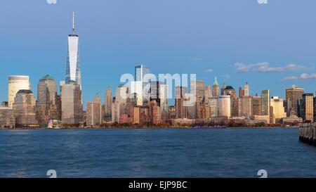One World Trade Center und die Innenstadt von Manhattan über den Hudson River, New York, Vereinigte Staaten von - Stockfoto