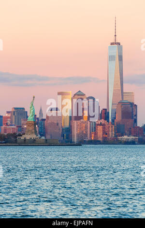 Freiheitsstatue, One World Trade Center und die Innenstadt von Manhattan über den Hudson River, New York, Manhattan, - Stockfoto