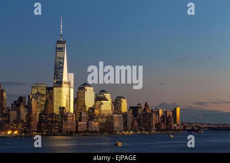 One World Trade Center und die Innenstadt von Manhattan über den Hudson River, New York, Manhattan, Vereinigte Staaten - Stockfoto