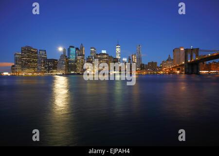 USA, New York City Downtown Financial District von Manhattan, One World Trade Center und Brooklyn Bridge - Stockfoto