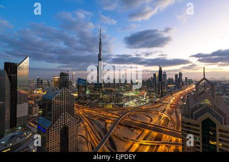 Burj Khalifa Dubai, erhöhten Blick auf die Sheikh Zayed Road und Financial Centre Road Interchange, Downtown Dubai, - Stockfoto