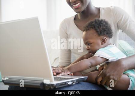 Schwarzen Mutter und Sohn mit Laptop auf sofa - Stockfoto