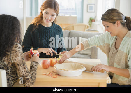 Frauen backen Kuchen in Küche Stockfoto