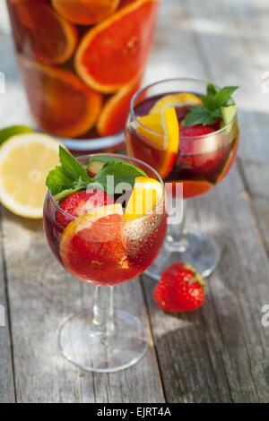 Erfrischende Frucht Sangria (Stempel) auf Holztisch - Stockfoto