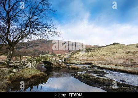 Slater Brücke in kleinen Landgale auf einem hellen, kalten Wintermorgen mit Lingmoor Fell hinter - Stockfoto