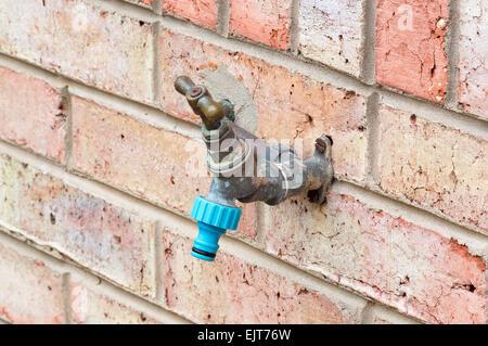 Wasserhahn montiert auf einer Mauer - Stockfoto