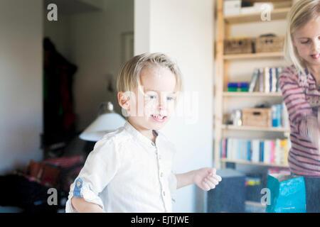 Süsser Boy mit Mehl zu Hause spielen - Stockfoto