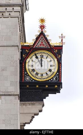 Uhr. Royal Courts of Justice, der Strand, City of Westminster, London, England, Vereinigtes Königreich, Europa. - Stockfoto