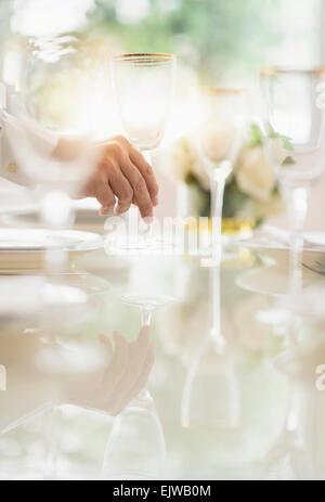Nahaufnahme der Hand Einstellung Stellung des Menschen im restaurant - Stockfoto