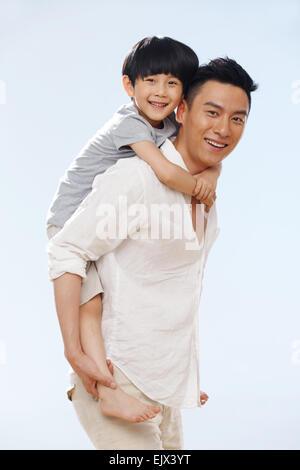 Vater mit seinem Sohn spielen am Strand - Stockfoto