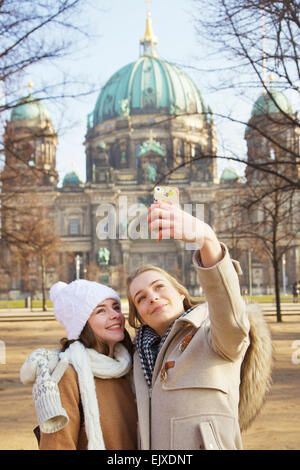 Teenage Girls nehmen Selfie vor Berliner Dom - Stockfoto