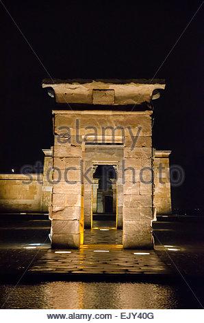 Frontansicht bei Nacht von der Tempel von Debod in Madrid. Templo de Debod. Ägyptische Tempel gewidmet der Göttin - Stockfoto