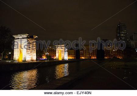 Debod Tempel in der Nacht in der Stadt Madrid. Templo de Debod. Ägyptische Göttin Isis gewidmeten Tempel - Stockfoto