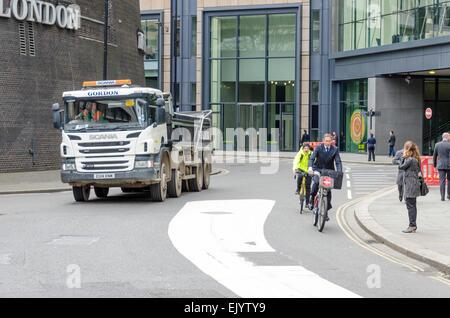 Zyklus Sicherheit Straße Markierungen Schema trennt Radfahrer und Verkehr, London, UK - Stockfoto