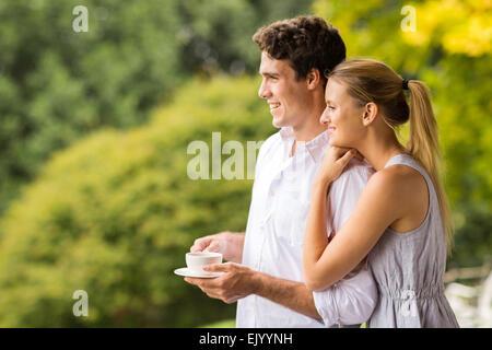 nachdenklich junges Paar mit Tasse Kaffee wegschauen - Stockfoto