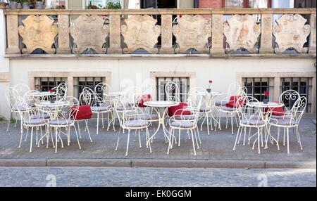 franz sische m bel aus metall tisch und st hle auf steinernen terrasse im sommergarten stockfoto. Black Bedroom Furniture Sets. Home Design Ideas