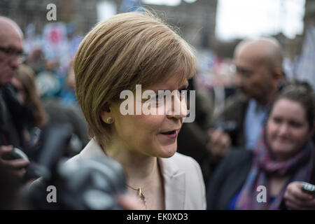 Glasgow, Schottland. 4. April 2015. Nicola Sturgeon, erster Minister von Schottland und Anführer der Scottish National Party, spricht auf einer Anti-Dreizack-Demonstration in George Square, Glasgow, Schottland, am 4. April 2015. Bildnachweis: Jeremy Sutton-Hibbert/Alamy Live-Nachrichten