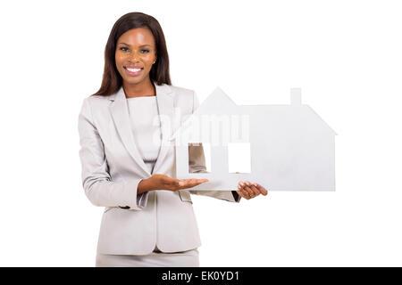 fröhliche afrikanische Geschäftsfrau mit Haus-Symbol auf weißem Hintergrund - Stockfoto