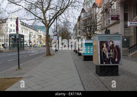 BERLIN - 22. Februar 2015: Außenwerbung auf die berühmte Einkaufsstraße von West Berlin - Kurfürstendamm. - Stockfoto