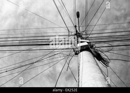 Viele elektrische Kabel in der Straße Stockfoto, Bild: 10905815 - Alamy