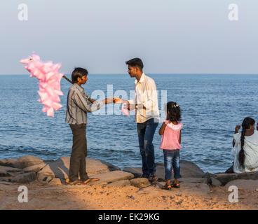 Lokalmatador Verkauf rosa Zuckerwatte zu einem Mann für seine Tochter am Strand in Pondicherry (Puducherry) Tamil - Stockfoto