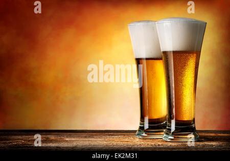Zwei Gläser Bier auf gelbem Hintergrund - Stockfoto