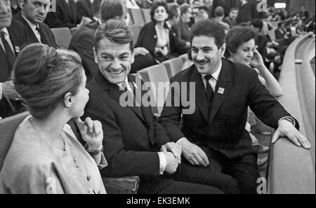 Moskau. UDSSR. Sowjetischer Regisseur und Jury Vorsitzender Grigori Chukhrai R und französischen Schauspieler Jean - Stockfoto