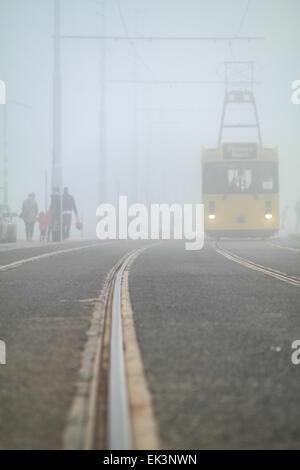 Blackpool, UK. 6. April 2015. UK-Wetter: Nebel weiterhin Lancashire Resort an diesem Feiertag Ostern Montag auswirken. - Stockfoto